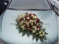 Dekorace na svatební vůz z chryzantém...