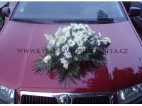 Dekorace na svatební vůz z růží a kal...