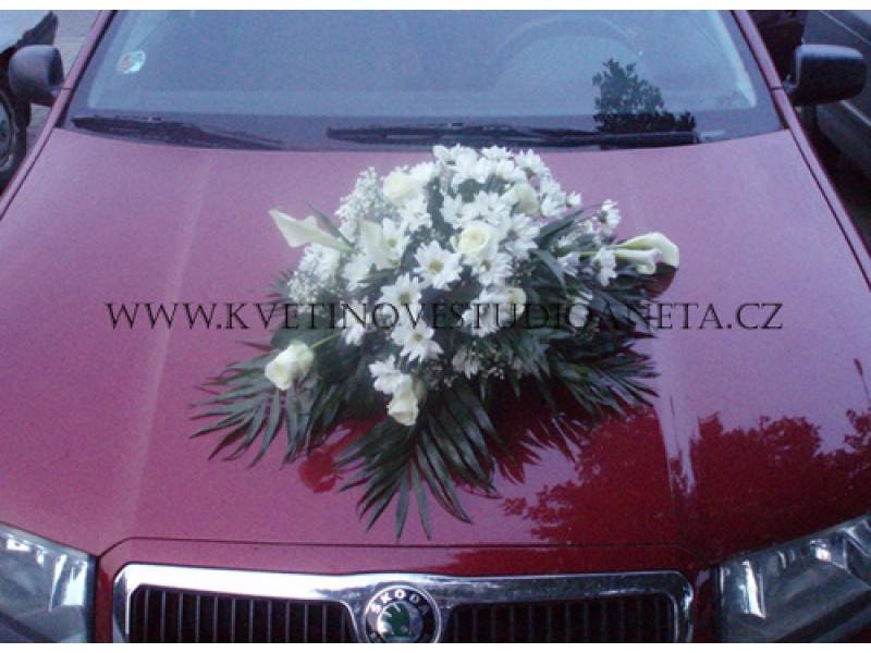 Dekorace na svatební vůz z růží a kal