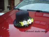 Dekorace na svatební vůz -aranžmá na cilindr...