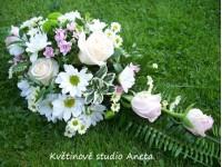 Svatební aranžmá na oltář...