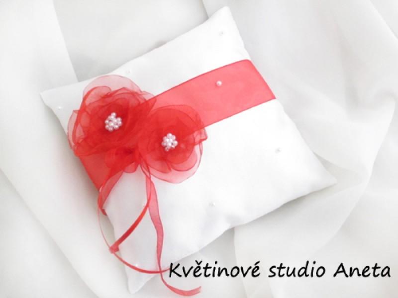 Polštářek na prstýnky s květy červený