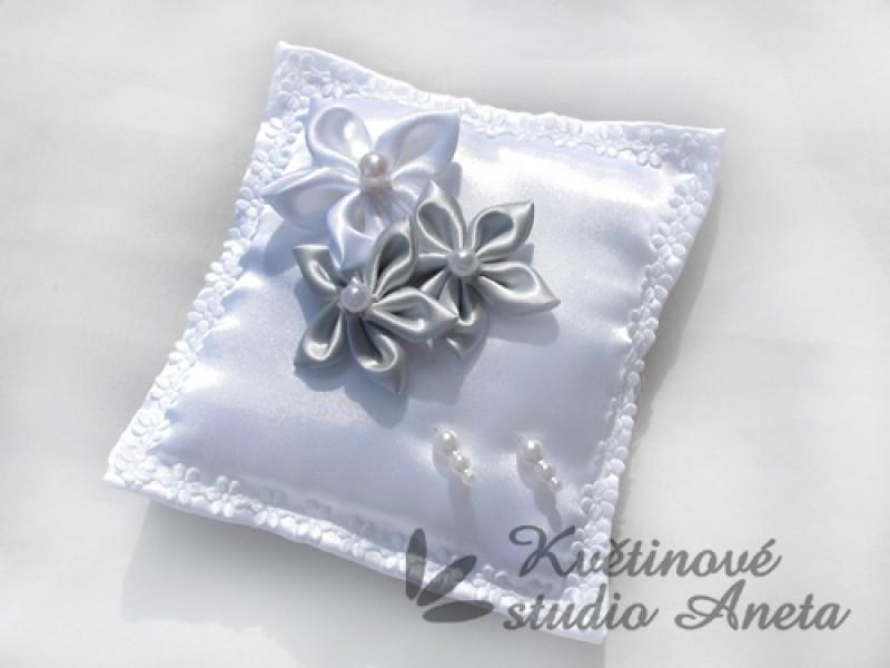 Polštářek na prstýnky 3 květy šedý