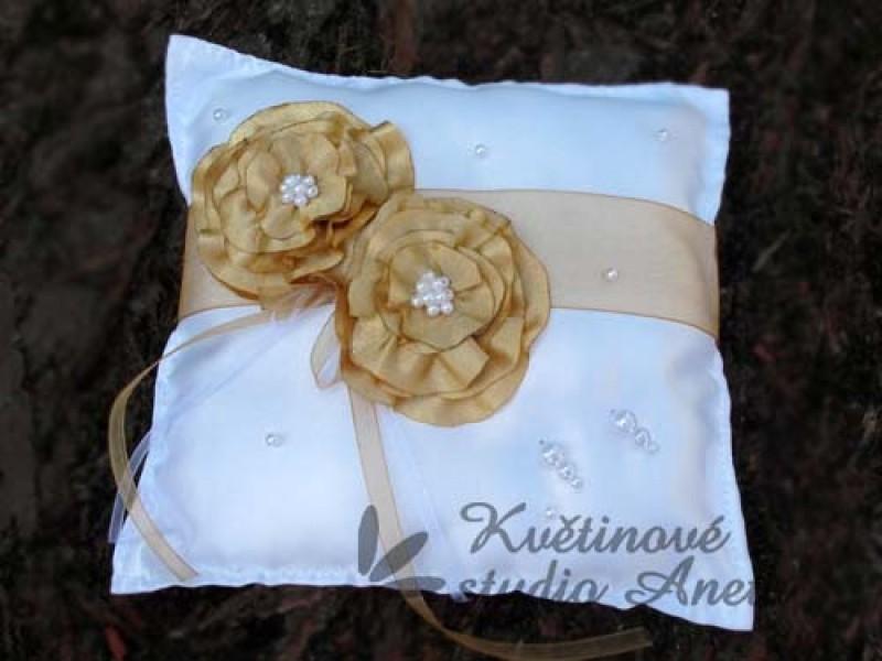 Polštářek na prstýnky s květy zlatý