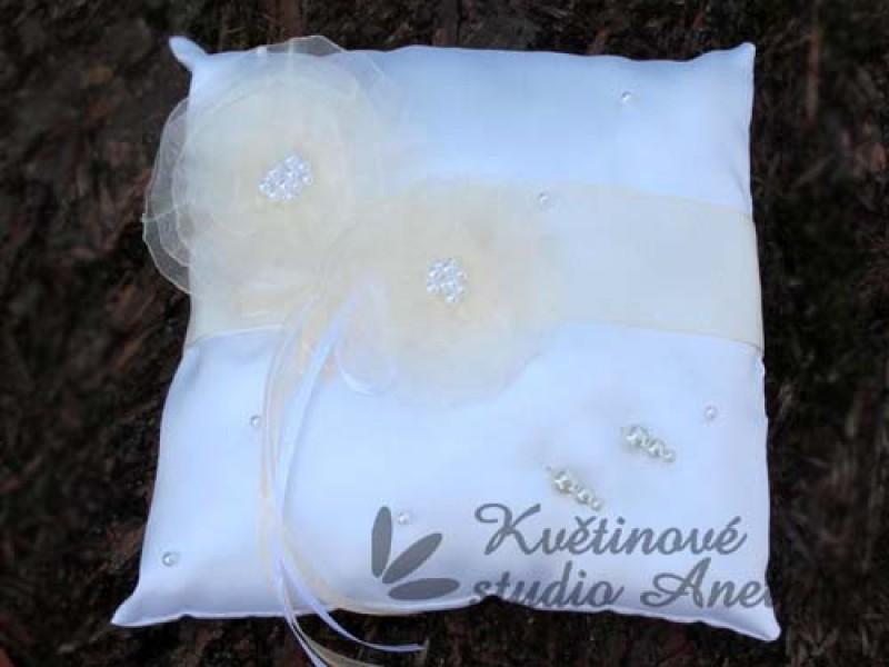 Polštářek na prstýnky s květy smetanový