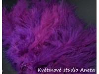 Pštrosí peří fialové tmavé...