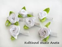 Kolíček s bílou růžičkou...