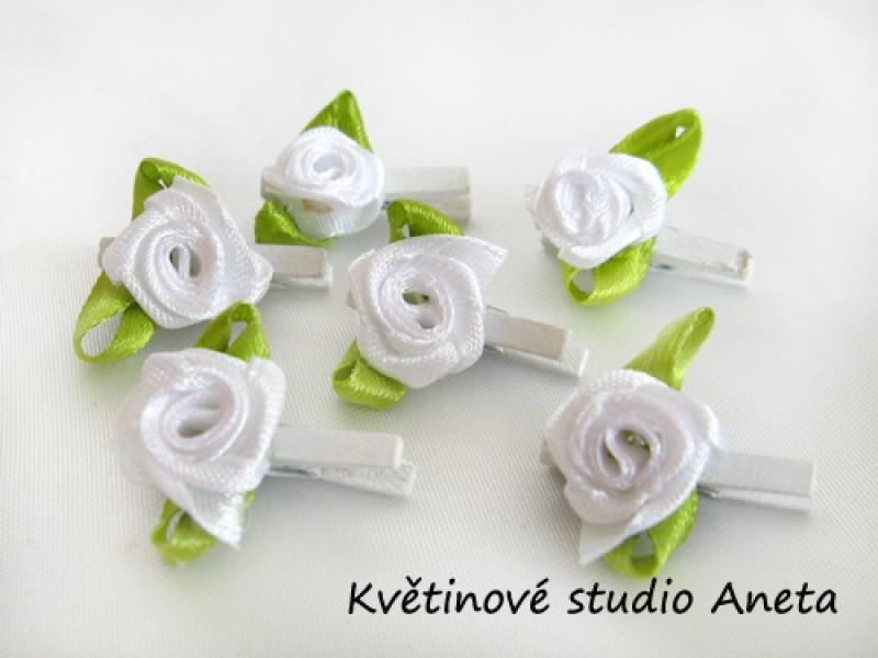 Kolíček s bílou růžičkou